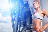 Vzrušená žena trénink venku — Stock fotografie