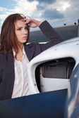 Businesswoman standing by his private plane — Stock Photo