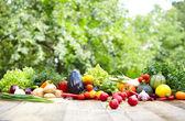 Свежие органические овощи и фрукты — Стоковое фото
