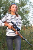 Girl with a sniper rifle — Stock Photo