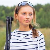 Girl with a shotgun in an outdoor — Stock Photo