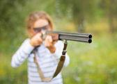 Uma jovem com uma arma para atirar armadilha — Foto Stock