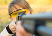 Chica joven y bella con una escopeta — Foto de Stock