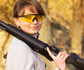 Young beautiful girl with a shotgun — Stockfoto