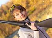 Girl with a shotgun — Stockfoto