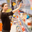 A young girl in a grocery supermarket — Stock Photo