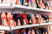 Schuhe in den regalen — Stockfoto