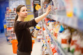 A young girl in a grocery supermarket — Stok fotoğraf