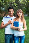 Due studenti nel parco con libro all'aperto — Foto Stock