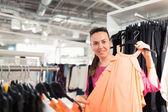 Kvinna i en klädbutik — Stockfoto