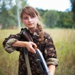 Young beautiful girl with a shotgun — Foto de Stock