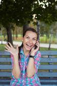 在公园谈 t 微笑美丽女子肖像 — 图库照片