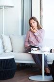 Geschäftsfrau, die auf dem mobiltelefon sprechen und schreiben im organizer — Stockfoto