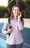 Cep telefonu ve duran organizer ile genç iş kadını — Stok fotoğraf