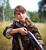 散弾銃で美しい少女 — ストック写真