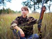 Jeune belle fille avec un fusil de chasse — Photo