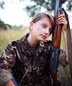 Young beautiful girl with a shotgun — Stock Photo