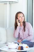 Mujer de negocios hablando por el teléfono móvil y la escritura en organizador — Foto de Stock