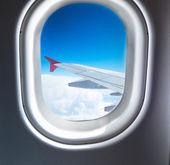 雲の上を飛ぶ飛行機の窓 — ストック写真