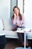 Gelukkig zakenvrouw praten over de telefoon en schrijven in organiseren — Stockfoto