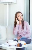 Imprenditrice, parlando al telefono e scrivere all'organizzatore in un — Foto Stock