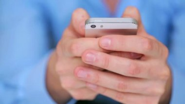 Homem de negócios usando smartphone — Vídeo Stock