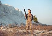 молодая женщина-солдат, одетых в камуфляж с ружьем в l — Стоковое фото