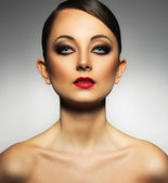 Portrait of a beautiful woman with a glamorous retro makeup — Stockfoto