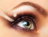Hermoso ojo mujeril con maquillaje glamoroso — Foto de Stock