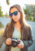 Lifestyle portrait of pretty young fashion brunette in sun glass — Stock Photo