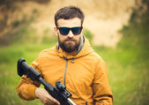 A man with an automatic rifle — Stok fotoğraf