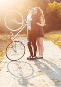 Guy with the girl and bicycle outdoors — Foto de Stock