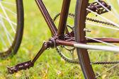 Стильный велосипед на траве — Стоковое фото