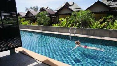 Girl in the pool — Stock Video