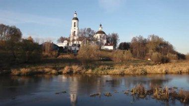 Starý kostel pod modrou oblohou — Stock video