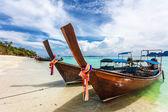 熱帯の海でボートします。. — ストック写真