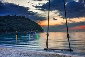 качаться на закат на пляже — Стоковое фото