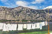 ıslak giysileri deniz kenarında iskeleye kurutma — Stok fotoğraf