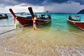 Barcos en el mar tropical. tailandia — Foto de Stock