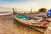 Alte thai-boot am strand — Stockfoto