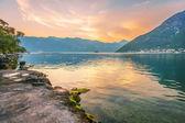 Sonnenuntergang am meer mit den nebligen bergen — Stockfoto