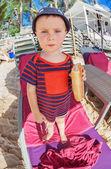 Malý chlapec jíst na chleba — Stock fotografie