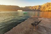 Aan de kust met zee en de bergen — Stockfoto