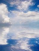 Reflectie van de blauwe hemel — Stockfoto