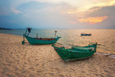 Old  boats at the beach — Stock fotografie