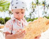 Маленький мальчик ест печенье — Стоковое фото