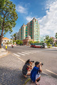 Tourists take pictures on the street in Ho Chi Minh City — Stock Photo
