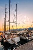 Segelbooten in der marina bei sonnenuntergang. — Stockfoto