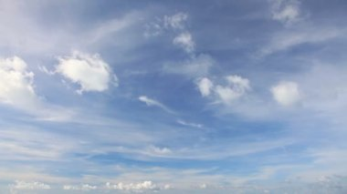 White fluffy clouds over blue sky — Stock Video