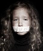 Petite fille mendier de l'aide — Photo